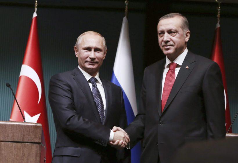 Ankara, 2014. december 1. Recep Tayyip Erdogan török államfõ (j) és orosz partnere, Vlagyimir Putyin kezet fog sajtótájékoztójuk végén az ankarai elnöki palotában 2014. december elsején. Putyin egynapos látogatásra érkezett Törökországba. (MTI/AP/Burhan Özbilici)
