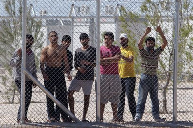 Athén, 2012. április 30. Illegális bevándorlók állnak az ország elsõ menekültközpontjának kerítése mögött Athén északi városrészében, Amigdalezában. A görög kormány új bevándorlási politikájának értelmében meghatározatlan idõre menekülttáborba helyezik el az országba érkezõ migránsokat. Görögország az Európába irányuló illegális bevándorlás egyik legjelentõsebb kapuja. (MTI/AP/Tanaszisz Sztravrakisz)