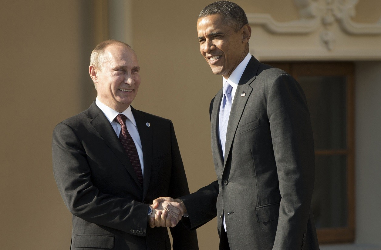 U.S. President Barack Obama (R) and Russia's President Vladimir Putin shake hands during arrivals for the G20 summit at the Konstantin Palace in St. Petersburg, September 5, 2013. REUTERS/Pablo Martinez Monsivais/Pool (RUSSIA - Tags: POLITICS BUSINESS)