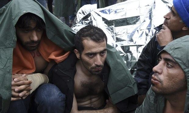 Idomeni, 2015. november 25. Éhségsztrájkoló migránsok bevarrt szájjal a görög-macedón határ közötti senki földjén, az észak-görögországi Idomeni falu közelében 2015. november 25-én. Az Európai Unióba tartó illegális bevándorlók a továbbengedésüket követelik, mivel a macedón hatóságok napok óta csak a szíriai, iraki vagy afgán állampolgárokat engedik be az országukba. (MTI/AP/Jánisz Papanikosz)