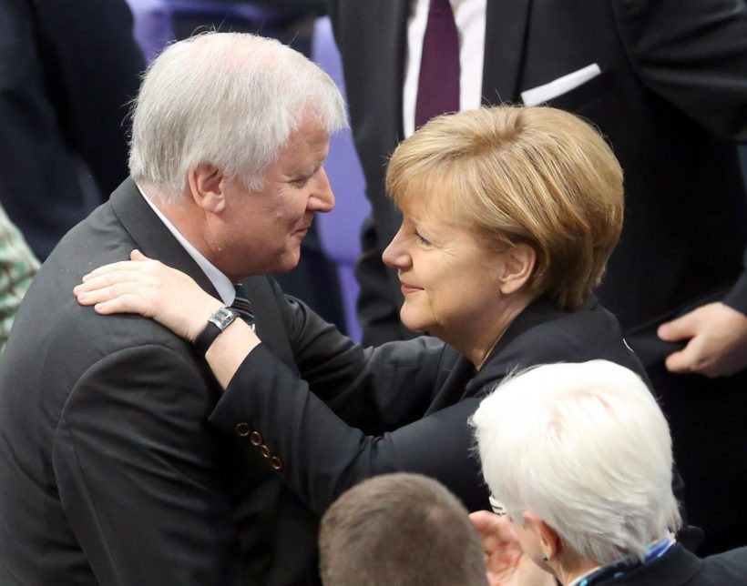 Berlin, 2013. december 17. Angela Merkelnek (j) gratulál Horst Seehofer bajor tartományi miniszterelnök, a bajor Keresztényszociális Unió (CSU) elnöke, miután Merkelt nagy többséggel ismét kancellárrá választotta a Bundestag, a német törvényhozás alsóháza a parlament épületében, a berlini Reichstagban 2013. december 17-én. Az 59 éves Merkel 2005 óta vezeti a német kormányt, harmadszor választották meg kancellárnak. (MTI/EPA/Kay Nietfeld)