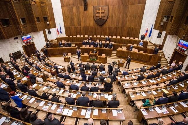szlovak-parlament