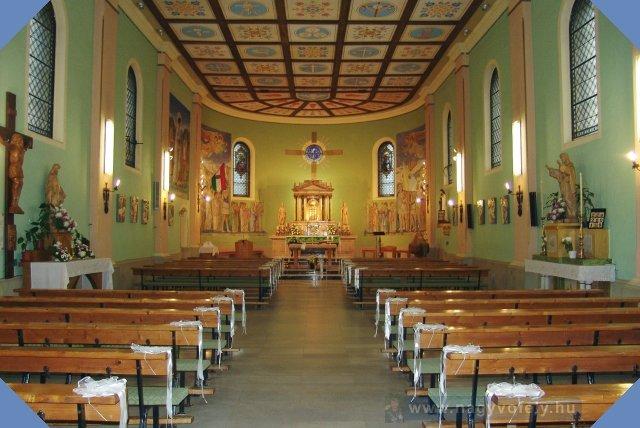 Rákoskeresztúri Szent Kereszt felmagasztalása templom belülrõl