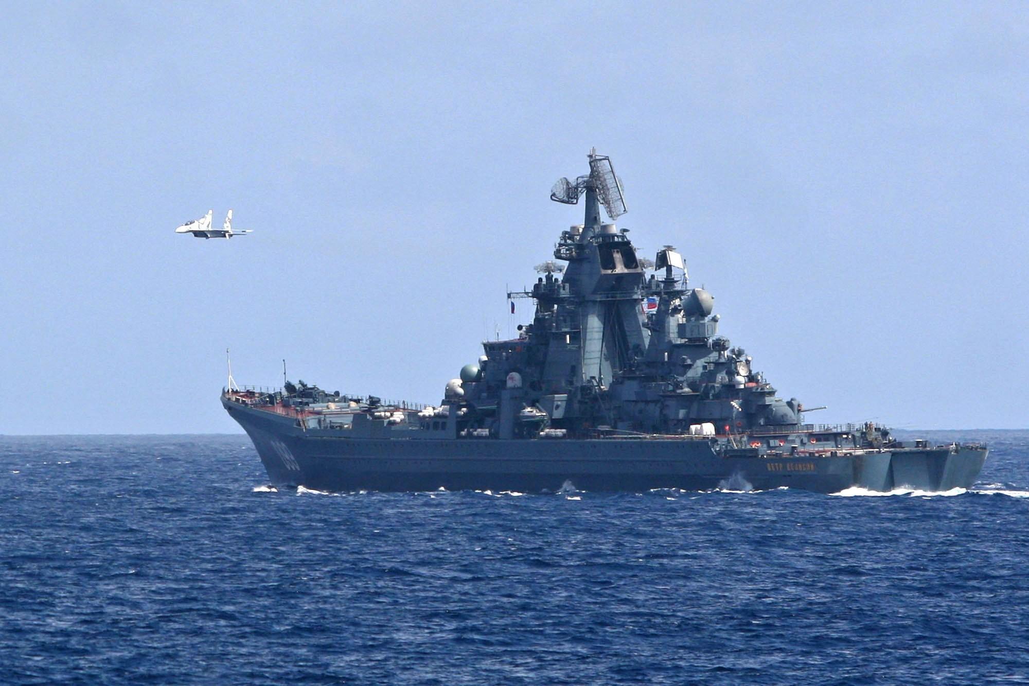 """Un avión caza Sukhoi-30 venezolano sobrevuela el destructor ruso """"Pedro el Grande"""", en las maniobras navales conjuntas entre la Armada Nacional Bolivariana y buques de la flota norte de la Armada de la Federación Rusa."""