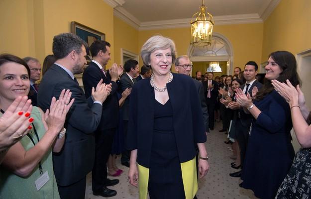 WA 56 Londýn - Zamestnanci vítajú novú britskú premiérku Theresu Mayovú v oficiálnej premiérskej rezidencii na Downing Street 10 v stredu 13. júla 2016. Mayová nahradila  na poste premiéra Davida Camerona, ktorý v stredu odstúpil po šiestich rokoch vo funkcii. Dôvodom jeho odstúpenia bolo hlasovanie obyvate¾ov Spojeného krá¾ovstva za vystúpenie z Európskej únie v júnovom referende. FOTO TASR /AP  Staff clap as new Prime Minister Theresa May walks into 10 Downing Street, London, Wednesday, July 13, 2016. David Cameron stepped down Wednesday after six years as prime minister. (Stefan Rousseau/Pool Photo via AP)