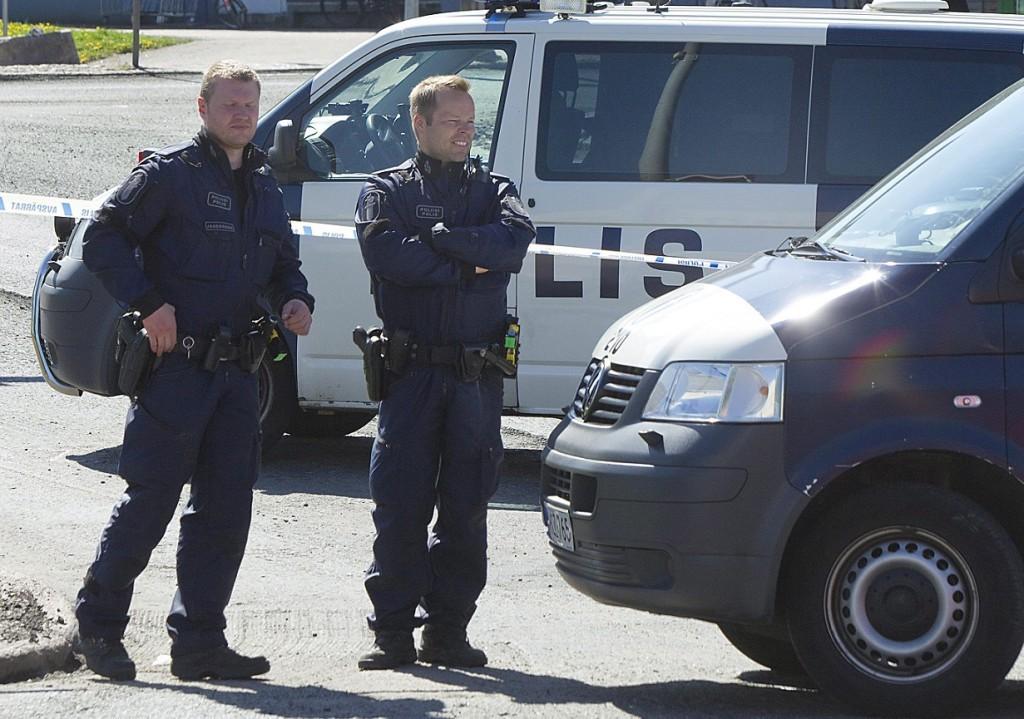 Hyvinkaa, 2012. május 26. A helyszínen õrködnek rendõrök, miután hajnalban egy férfi lõfegyverrel megölt egy embert, nyolcat pedig megsebesített a Helsinkitõl északra fekvõ Hyvinkaa városában. A tettes, egy 18 éves fiatalember egy háztetõrõl tüzelt - feltehetõleg találomra - áldozataira, majd elmenekült, de néhány órával késõbb a városon kívül elfogták. Az indítéka egyelõre nem ismeretes. (MTI/EPA/Mauri Raitalainen)