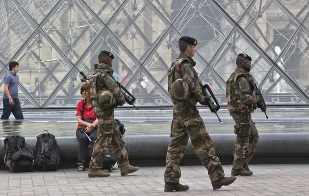 SY 1 Paríž - Vojaci hliadkujú na námestí pred sklenenou pyramídou v parížskom Louvri 18. augusta 2016. Vo Francúzsku stále platí výnimoèný stav, ktorý vyhlásili po teroristických útokoch islamistov v novembri 2015 a júlovom útoku v Nice. Zomrelo pri nich viac ako 200 ¾udí. FOTO TASR/AP French soldiers patrol by the glass pyramid at the Louvre museum in Paris, Thursday, Aug. 18, 2016. France has been under a state of emergency since attacks claimed by Islamic State in Paris in November killed 130, extended after a radical truck driver killed 85 in Nice. (AP Photo/Michel Euler)
