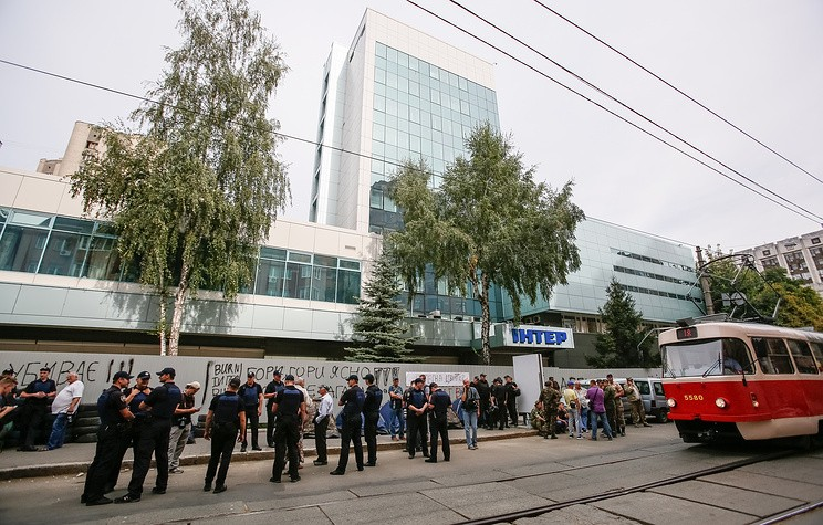 epa05525512 A general view of the building of the Inter TV station during a protest in Kiev, Ukraine, 05 September 2016. Reports state protesters blocked the entrance to the Inter TV station using tires and set up tents as they protest against the channel's alleged 'pro-Russian' position.  EPA/ROMAN PILIPEY