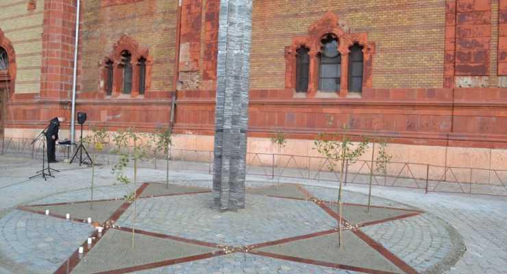 holokauszt-emlekmuvet-avattak-ungvaron