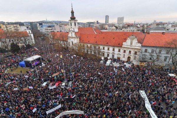 Ismét tízezrek vettek részt a több szlovákiai városban tartott tüntetéseken