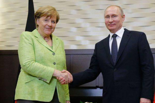 Merkel a nemzetközi válságok megoldásáról tárgyalt Putyinnal (videó)