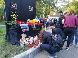 Tízezrek búcsúztatták Kercsben az iskolai ámokfutás áldozatait
