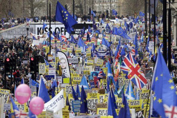 Százezrek tüntetnek Londonban az újabb brexit-népszavazásért