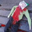 Vörös festékkel leöntött, életnagyságú bábut hajítottak egy kijevi zsinagóga lépcsőjére