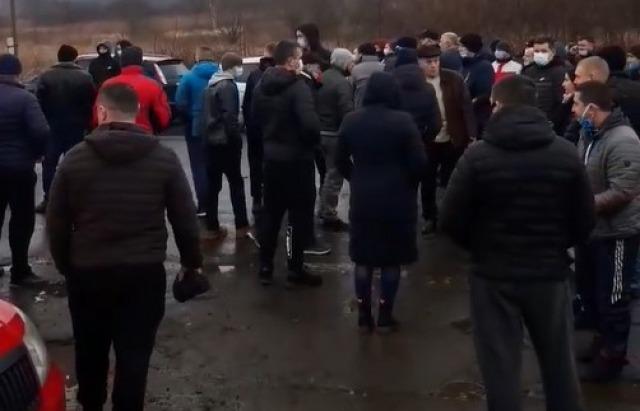 Járhatatlan utak miatt tüntettek Kárpátalján